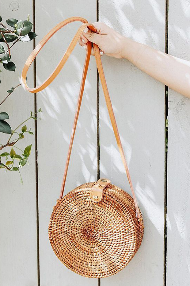 Circle bags made a huge comeback last year and after browsing a few different brands, it looks like the trend is here to stay. There are so many variations ...